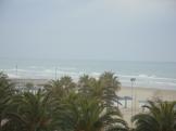 La plage sous le vent et la pluie